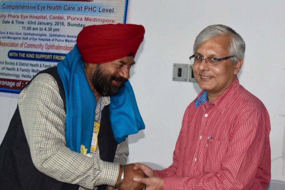 Dr Somdutt Prasad greets a member during ACOIN Sixth District CME