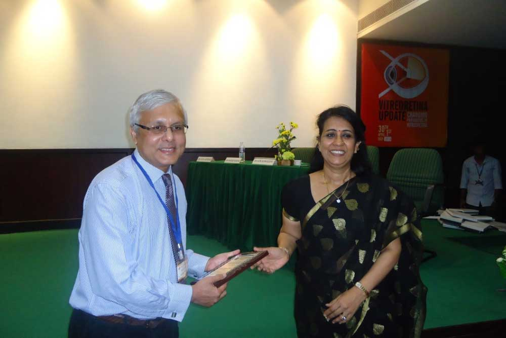 Dr Somdutt Prasad receiving a momento from Dr Chitra Ramamurthy
